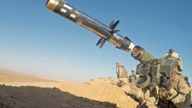 Fuzileiro naval dos EUA dispara um míssil anti-tanque FGM-148 Javelin durante treinamento em base militar na Síria, setembro de 2018