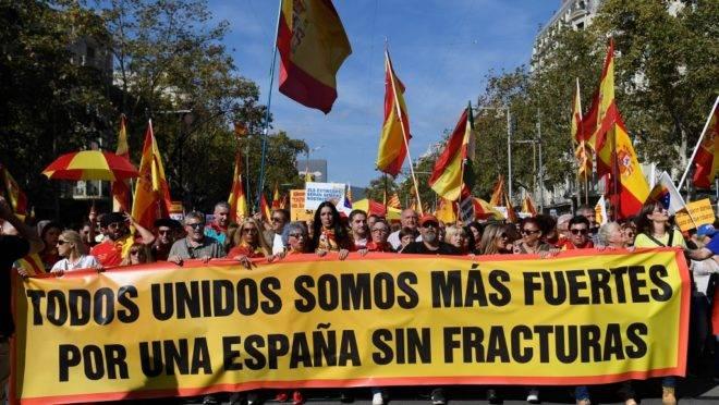 Manifestantes antisseparatistas protestam em Barcelona contra a independência da Catalunha, 27 de outubro de 2019