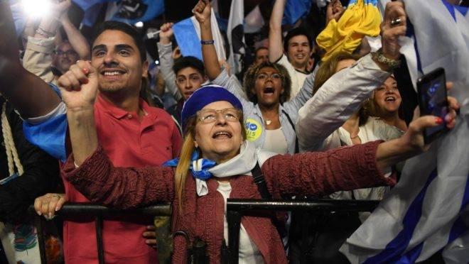 Apoiadores do candidato à presidência do Uruguai Luis Lacalle, do Partido Nacional, na sede de partido em Montevidéu após as eleições