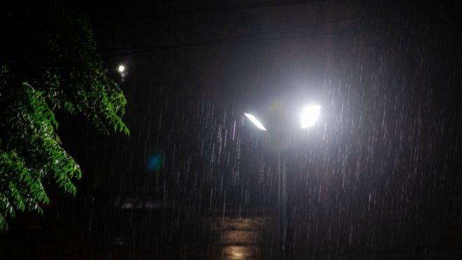 Chuva forte começou a cair por volta das 21h e trouxe ventos fortes e até granizo em vários bairros