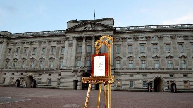 Anúncio oficial do nascimento do filho do príncipe William e de Kate, a duquesa de Cambridge, exposto diante do Palácio de Buckingham, em Londres. O bebê causou sensação na Inglaterra | John Stillwell/Reuters