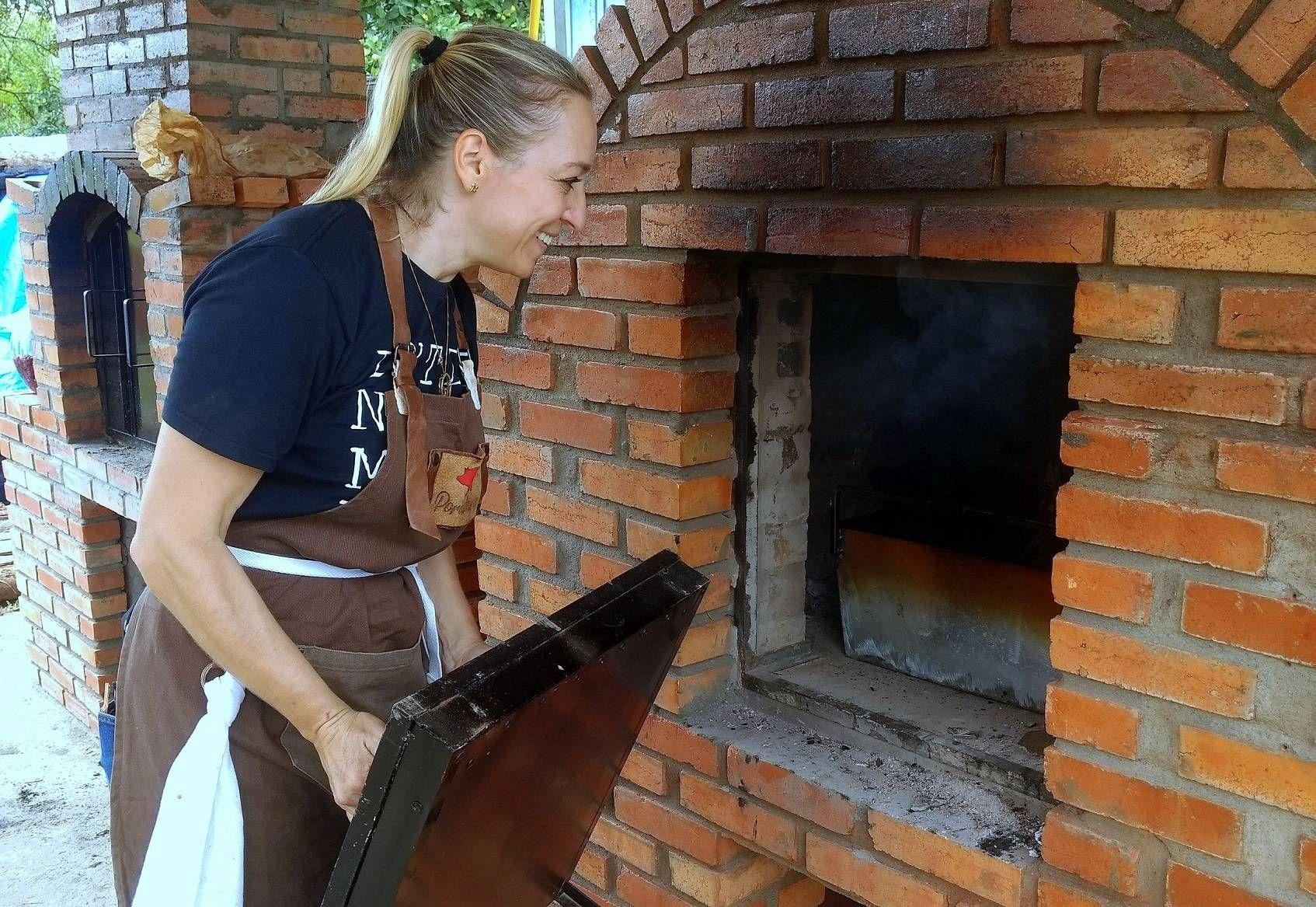 A chef Rosane Radecki conferindo o forno de barro em evento anterior. Domingo ela comanda mais uma festa no quintal do Restaurante Girassol.