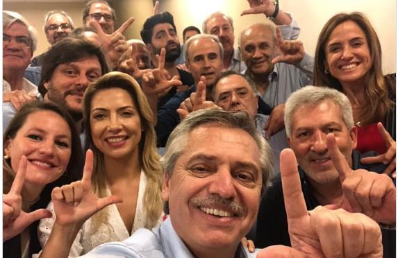 Após a vitória nas eleições argentinas, Fernández fez o gesto do movimento Lula livre