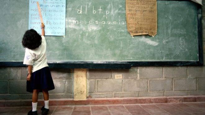 Na América Latina, metade das crianças com 10 anos não sabe ler e entender uma história simples.