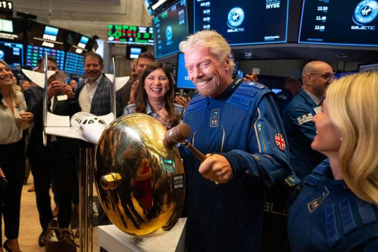 O bilionário Richard Branson, bate o martelo na Bolsa de Nova York para dar início à venda de ações da  Virgin Galactic. Foto: Divulgação.