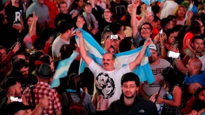 """Argentinos festejam vitória do """"peronista"""" Alberto Fernandez na eleição presidencial deste domingo (27)."""