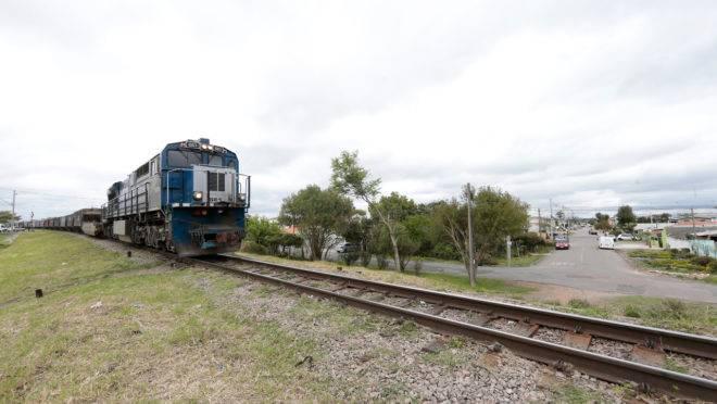 Moradores do bairro Cajuru reclamam do barulho da buzina do trem durante a noite