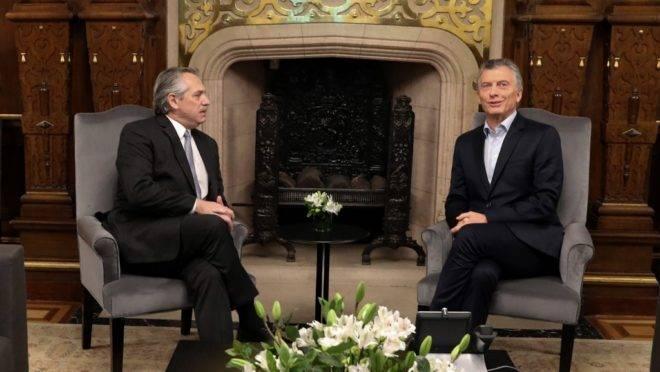 O presidente eleito da Argentina, Alberto Fernández (esq), e o atual presidente, Mauricio Macri, em reunião na Casa Rosada, em Buenos Aires, um dia após as eleições, 28 de outubro de 2019