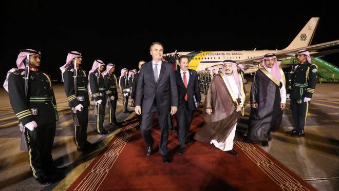Presidente Jair Bolsonaro desembarca em Riad, capital da Arábia Saudita
