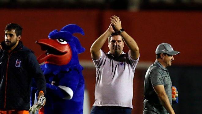 Técnico Maheus Costa agradece a torcida após a vitória sobre o Londrina. Foto: Albari Rosa/Gazeta do Povo