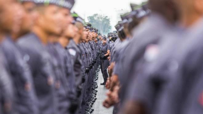Policiais militares de São Paulo em fila para sua formatura.