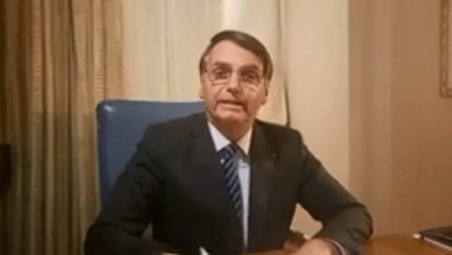 O presidente Jair Bolsonaro em live no Facebook.