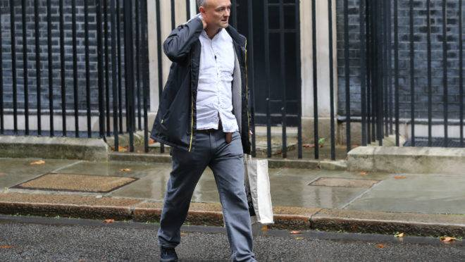 Dominic Cummings, conselheiro especial de Boris Johnson, saindo da residência oficial do primeiro-ministro da Inglaterra.