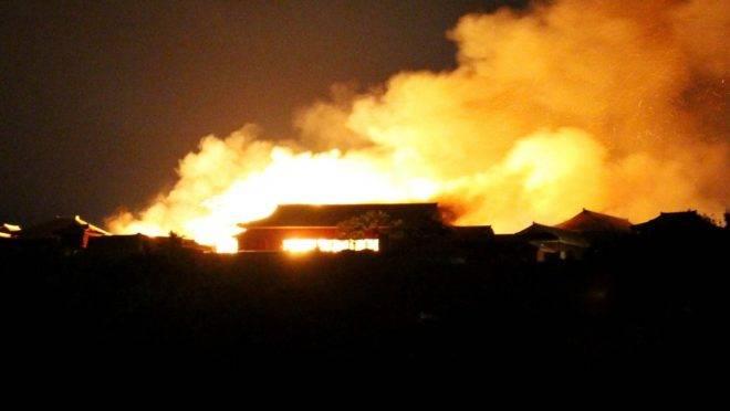 O castelo de Shuri tomado pelas chamas em Naha, Okinawa, sul do Japão, 31 de outubro