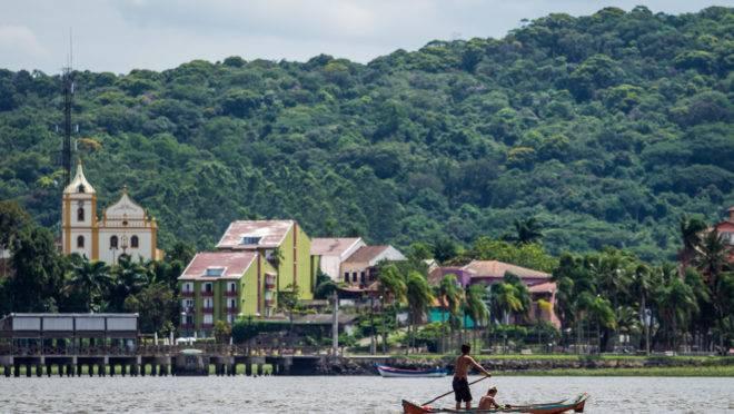 Entre as atrações do final de semana no litoral passeio de barco e até Festival de Monobandas.
