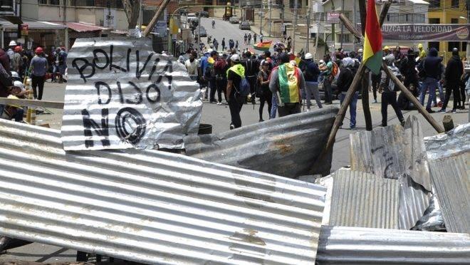 Pessoas montam barricada durante greve contra o resultado da eleição presidencial da Bolívia de 20 de outubro, em La Paz, 29 de outubro de 2019