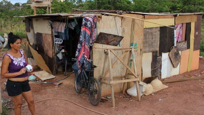 Rubena Rocha, de 38 anos e mãe de 10 filhos, mora num barraco na cidade de Novo Gama (GO), primeira colocada no g100. Ranking mede a miserabilidade de municípios populosos com baixa renda per capita.