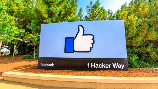 Placa diante da sede do Facebook, em Menlo Park, Califórnia