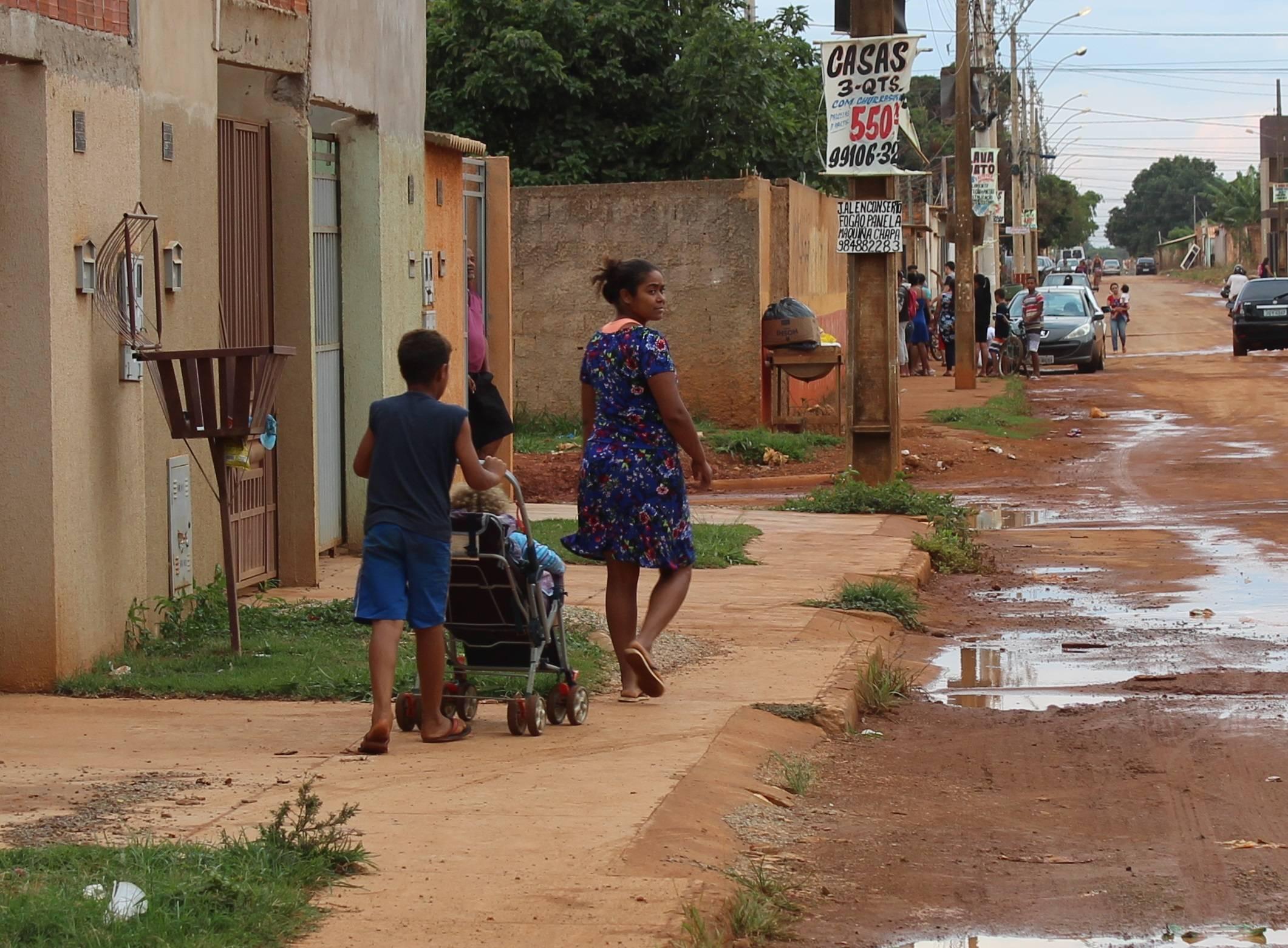 Mãe de quatro filhos, Neuzilene Silva, de 32 anos, caminha 40 minutos para levar uma das filhas para escola: renda familiar mal chega nos R$ 600.