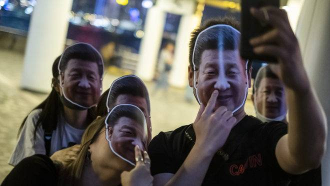 Manifestantes usam máscaras com o rosto do presidente chinês Xi Jinping em Hong Kong