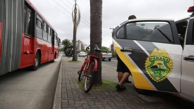 Ciclista foi encaminhado em estado grave após ser atropelado por biarticulado.