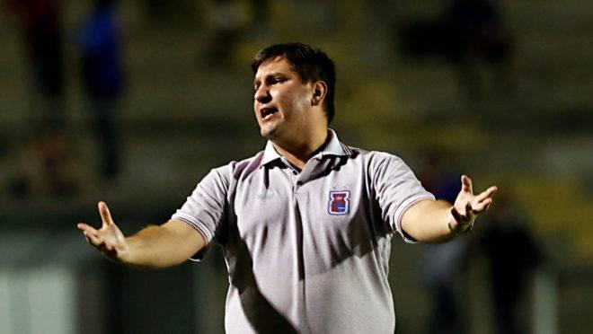 Técnico Matheus Costa criticou baixo público do Paraná nesta Série B