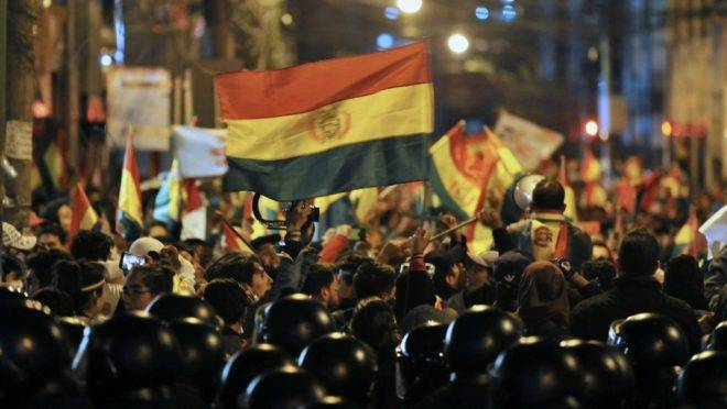Manifestantes tentam chegar ao Tribunal Superior Eleitoral da Bolívia após a divulgação do resultado da eleição, 24 de outubro, La Paz