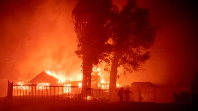 Casa em chamas na Califórnia por causa de incêndio florestal.