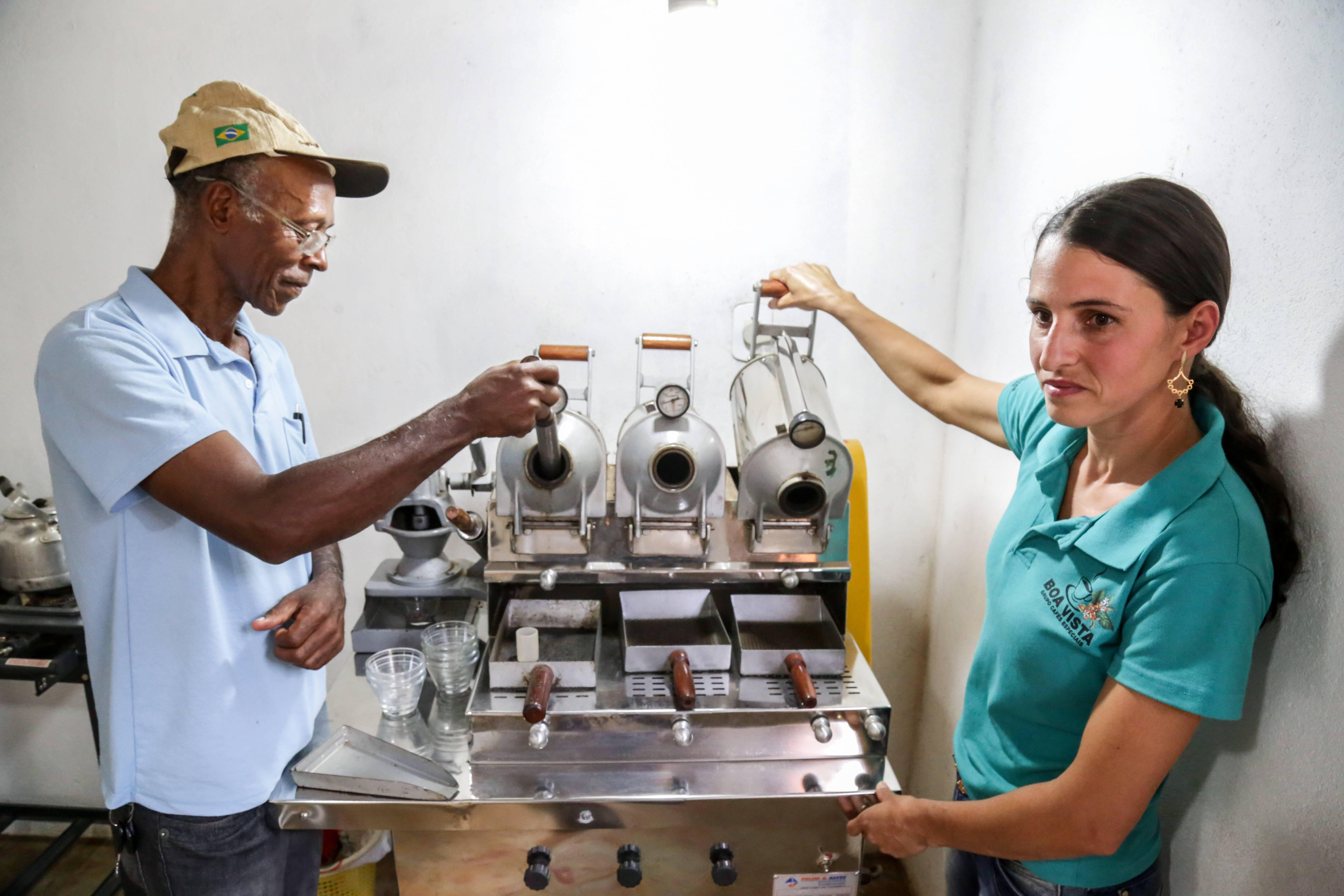 No laboratório de análise física e sensorial de café é possível classificar os produtos de acordo com suas características de qualidade. Foto: Rogério Machado/Gazeta do Povo