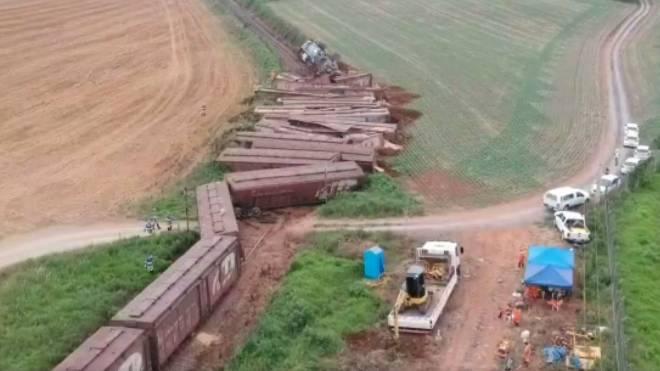 Vagões descarrilados na Lapa, região metropolitana de Curitiba.
