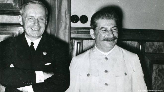 Josef Stalin (dir.) e representante do Império Alemão, Joachim von Ribbentrop, na assinatura do pacto em 23 de agosto de 1939