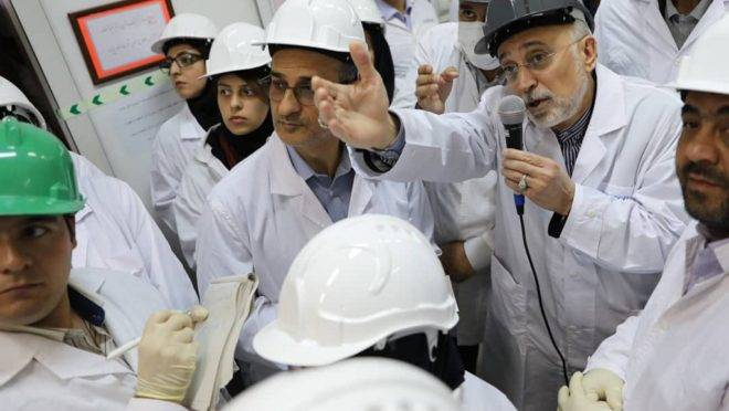 O chefe da Organização de Energia Atômica do Irã, Ali Akbar Salehi, em visita à planta nuclear de Natanz