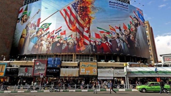 Novo mural, criado para marcar o 40º aniversário da crise de reféns no Irã, cobre a fachada de um prédio na capital iraniana, Teerã, 4 de novembro de 2019
