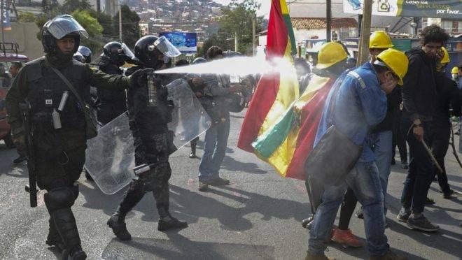 Polícia de choque usa gás lacrimogêneo para disperar manifestantes que protestavam contra o resultado da eleição, em La Paz, 4 de novembro de 2019
