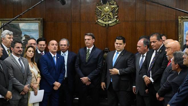 As autoridades na visita do presidente ao Senado, nesta terça-feira (5).