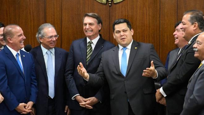 Os ministros Onyx Lorenzoni (Casa Civil) e Paulo Guedes (Economia), o presidente Jair Bolsonaro e o presidente do Senado, Davi Alcolumbre: propostas foram entregues na manhã desta terça-feira.