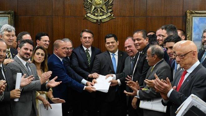 Jair Bolsonaro (PSL) entrega projetos a senadores.