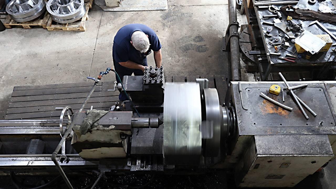 Inflação e juro baixos, crédito e emprego ajudam indústria, diz IBGE