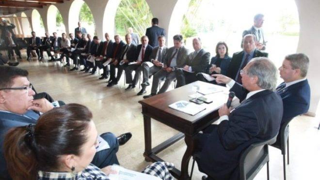 Os senadores e o ministro  da Economia Paulo Guedes.