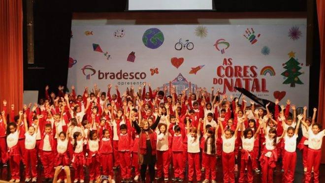 A maestrina Dulce Primo  com as crianças na apresentação do Natal do Bradesco 2019