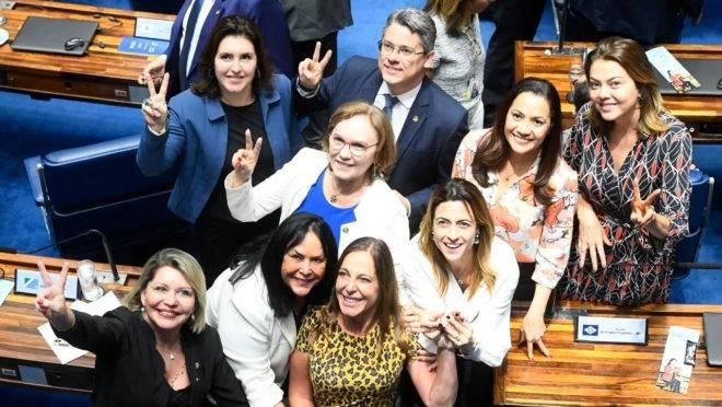 Bancada feminina do Senado comemora aprovação da PEC do Feminicídio