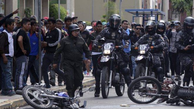 Polícia de choque em confronto com apoiadores do Movimento ao Socialismo, em manifestação em apoio ao presidente boliviano Evo Morales em Cochabamba, 6 de novembro de 2019