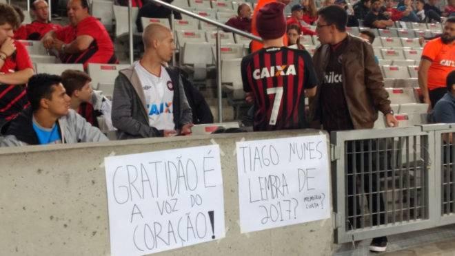 Protestos contra Tiago Nunes na Arena da Baixada