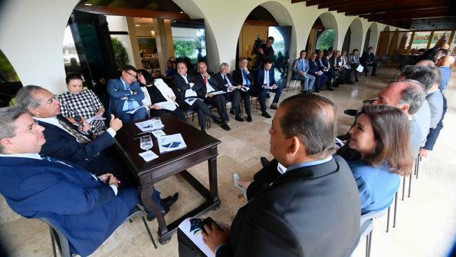 O ministro Paulo Guedes em reunião com os senadores, na última quarta (6).