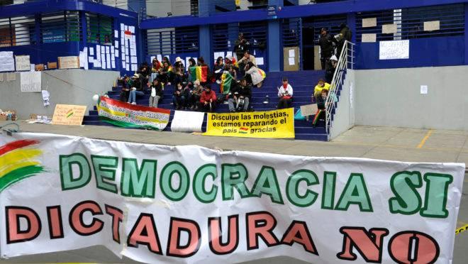 Manifestantes da oposição ocupam um cargo público na parte sul de La Paz