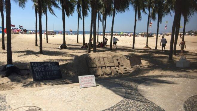 Nas areias de Copacabana, até este escultor já percebeu que se dizer vítima de censura agrega valor à obra de arte - por pior que ela seja.