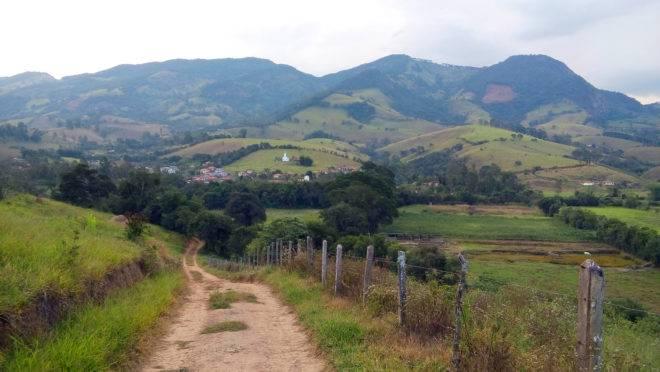 Estrada de terra no município mineiro de Dom Viçoso.