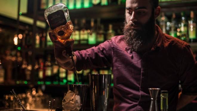 Preparo de drink no Dom Bar faz parte da experiência de consumir um bom drink