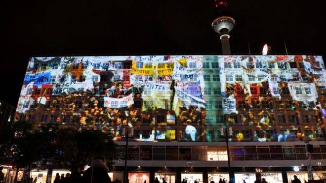 Projeções em prédios na Alexanderplatz, na capital alemã, durante celebrações do aniversário de 30 anos da queda do Muro de Berlim. 4 de novembro de 2019