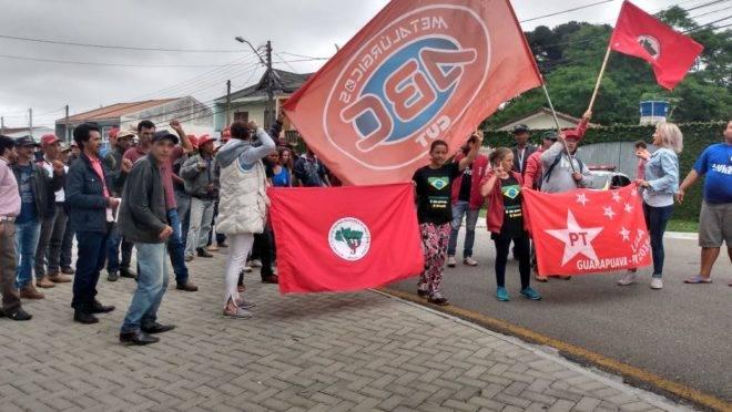 A movimentação em frente à superintendência da Polícia Federal, em Curitiba.